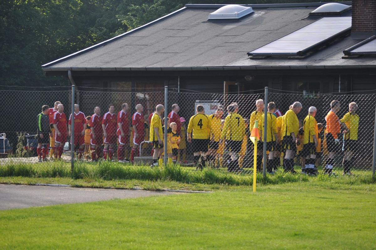 Einlauf der Mannschaften SV Beckedorf und des ASV Ihlpohl Ü40