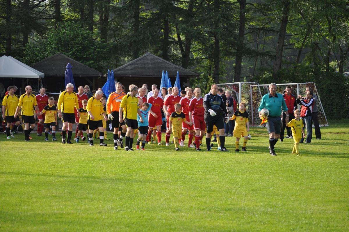 Einlauf der Mannschaften SV Beckedorf und des ASV Ihlpohl Ü40 - 2